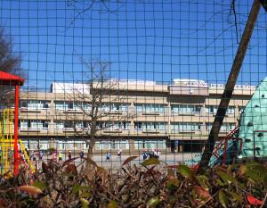 尻手黒川道路沿いにある井田小学校