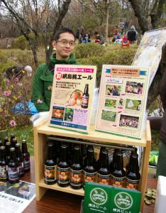 前年に採れた池谷さん家の綱島の桃を使用したビールを限定販売!(2016年の販売の様子)