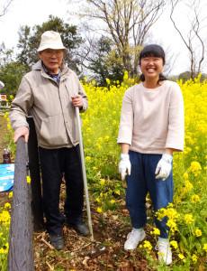 日吉の丘公園で2015年に新たに誕生した菜の花畑。樹木医の長谷川芳男さん(左)や玉川大学農学部の学生らにより、新たな花壇作りと草花の種まきが行われた