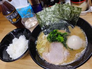オーナーが九州「鹿児島」川内(せんだい)出身とのこと。九州らしい「醤油豚骨」味、味玉付き(800円=税込、今回は小サイズ選択で700円)をチョイス。麺は5ミリほどの太麺で、固さやスープの濃さも指定することができます