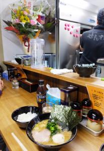 店内は串焼き馬沙羅時の厨房や客席の雰囲気の名残が。オープン3日間限定だという黒烏龍茶のプレゼントも。卓上の自家製とうがらしを入れると、味に奥行きが広がりました。久しぶりの新ラーメン店がどのように日吉の街に受け入れられていくのかが楽しみです