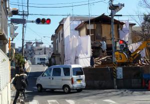 綱島街道側から矢上橋方向を見た「矢上小入口交差点」(2月