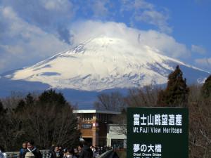 「ウェストゾーン」と「イーストゾーン」を結ぶ橋からは富士山が一望できます。なお、日吉より気温は3~5度くらい低くなることもあるため、防寒対策はくれぐれもご注意を