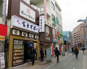 綱島駅西口から徒歩10数秒の位置にある綱島店は24時間営業