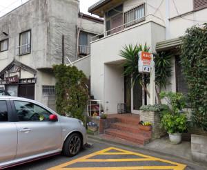 慶應義塾の駐車場を通ってのみアクセスできる喫茶「オコ」