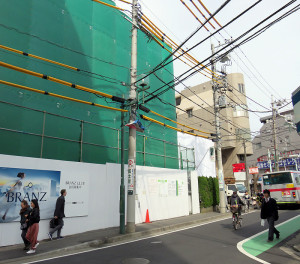 左が東急のマンション建設地、右手の白いカバーがかかっている建物が新たなマンション計画地