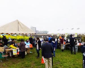2017年4月8日のちょうどお昼の時間(12時)より、時折降る小雨交じりの中、綱島西の鶴見川河川敷で2017年の菜の花まつりがスタートしました
