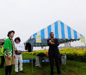 今年も司会は綱島商店街協同組合の中森伸明理事長(右)。アトラクションが開始!綱島地区センターで「お笑いライブ」をこの日の夜も行う綱島のお笑い集団「ツナコメ」の紹介