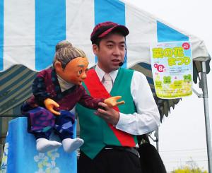 トリは、2017年2月に関内ホールで開催された「お笑い防犯グランプリ」の二代目チャンピオン・ポンちゃん人形による人気の腹話術!