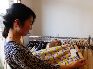 月額プランを愛用しているという藤野さん。レンタルする衣装に書かれた手書きの説明を読みながら借りる服をチョイス