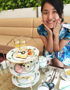 ホテルでのアフタヌーンティーなど、ちょっとしたおでかけにもフロラシオンの服は重宝しているという(藤野久美恵さん提供)
