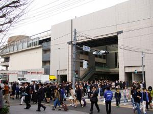 入学式に参加する学生や保護者らで混雑する日吉駅東口(2016年4月1日)