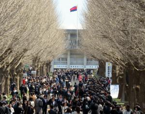 正午前の日吉キャンパスの様子、日吉駅東口の横断歩道が渡れないほど混雑していました