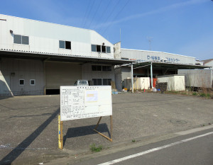 DMリサーチセンターの第二流通センター跡地には14戸を建設、右側は稼働中のDMリサーチセンター横浜営業所