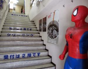 階段には等身大人形が・・・