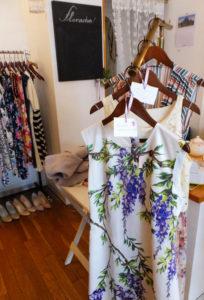 既に取り扱ってきた服を半額で販売するセールも実施。5月13日(土)、14日(日)はハンドメイドアクセサリー作家による合同新作展示・販売会も行われる