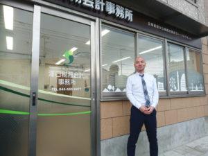 所長の澤口洋輔さんは神奈川区生まれ、菊名育ち。野球が大好きで今も横浜スタジアムに観戦に行くという。事務所の外観にも「ふるさと横浜」の風景で彩る。配色の緑は「日吉のイメージ」にてデザインしたという(写真:同事務所提供)