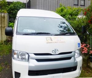 日吉では広い駐車場を確保。クラウドファンディングで得られた資金を一部充てて購入した福祉車両には新しい施設のシールも添付された