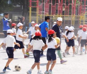 F・マリノスの選手と一緒にサッカーボールに親しむことができる(日吉台小学校)