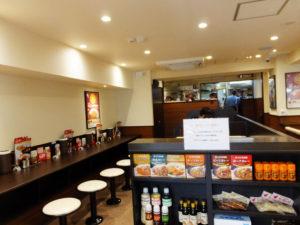 新しさいっぱいの店内の様子。日本一の「カレー」チェーンを志す同店らしいカレー商品の販売やテイクアウトも行っている