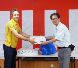 イケア港北のミカエル ファルク副店長(左)から、さかえ住宅自治会の古川卓二会長(右)にイケア製のLED電球130個が贈呈された