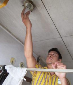 ミカエル副店長やイケア港北のスタッフ、横浜市職員らが代表の5世帯の電球をLEDに交換した。住民の中には、電球交換が難しいという高齢者も少なくないという(写真:港北区役所提供)