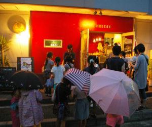 """""""アメニモマケズ""""雨が降っても屋内では「夜店」としてのセールや販売を実施しても良いというルールになっている。昨年のチーズ日吉本町での開催の様子(2016年9月3日18時頃)"""