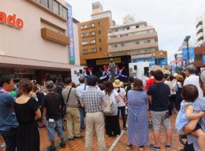 開催2日目の日曜日は待ちに待ったステージ!昨日の雨もどこかへ、たくさんの人々が訪れていました
