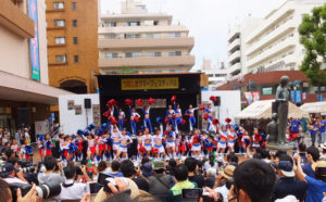 サッカーJリーグ・横浜F・マリノスの公式チアリーディングチーム「トリコロールマーメイズ」とスクールの生徒らが白熱のダンスを披露しました