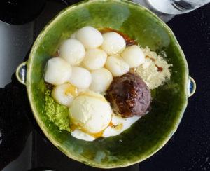 男子大学生が注文した「白玉三昧」。白玉団子とあんこ、バニラアイスのハーモニーを楽しめる