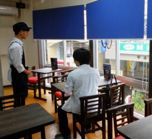 全38席と広々とした店内の窓側の席。一番乗りは「甘い物好き」だという慶應義塾大学の男子学生