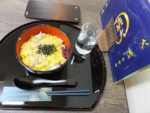 四国・愛媛育ちの若宮さんプロデュースの「親子丼」は、西の文化の影響か、薄めの優しい味わいながらもしっかりとした出汁(だし)が出ていて、鶏肉とふんわり卵とのコラボレーションがとても美味しく感じられました。たくさんの大学生らで賑わうお店の活気も、嬉しく感じられる時間となりました