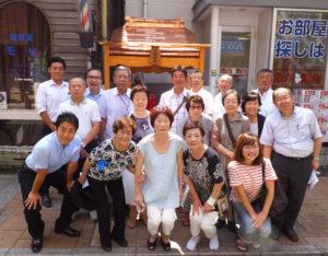 場所は理容室モリと不動産店ミニミニ(mini mini)の間。「日限地蔵」の祠(ほこら)の完成を約30人が祝った