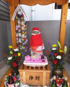 綱島小学校の3年生が折った千羽鶴も供えられた。綱島で「日を限り」何かを祈れば、大切な願いが叶うかも