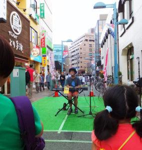 地元ゆかりのシンガーソングライター「Ko-sei」さんらがステージを披露。多くの観客や通りかかった人々を魅了していました