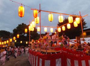 下田町東公園「下田町納涼盆踊り大会」では子どもたちも櫓(やぐら)の上に!ソーラン節などを披露し、世代を越えて盛り上がっていました(7月23日19時頃)