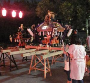 御神輿も盆踊りを見守ります