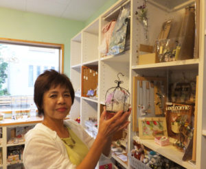 日本ワイヤークラフト協会グランディール(リンクは同協会サイト)の認定講師資格も取得している小泉さんの作品も入手可能。ワイヤークラフトの講習会も定期的に開催。ヨコハマハンドメイドマルシェ(みなとみらいのパシフィコ横浜で開催)など外部のイベントにも参加するほか、作家たちとの交流も活発に行っている