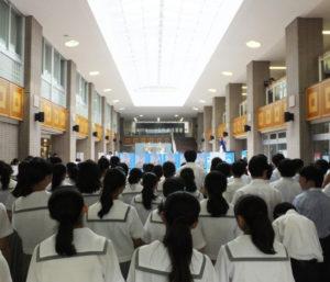 在校生や地域の代表らが参加しての開会式が校舎入口近くのアトリウムにて開催されました