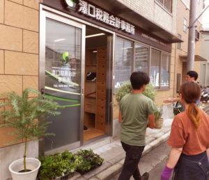建築家の池原靖史さん(写真右奥)は、建築家の内藤廣さん、安藤忠雄さんに師事したのち独立、2015年に新吉田東で起業(8月25日に行われた搬入のようす)