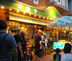 喫茶店としても地域の人々に親しまれる老舗洋菓子店「プチ・アントルメ」も登場(2016年9月の夜店にて撮影)