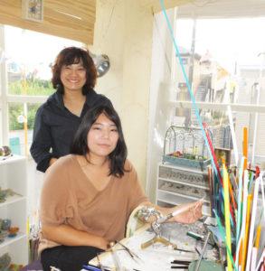 テレビでもすっかりお馴染みとなった「高田の顔」角田恵子さん(左奥)、夕貴さん親子。昆虫やカエルなど生き物を手掛けるガラス工芸作家として国内外から絶大なる人気を博している(高田西3丁目のアトリエにて)