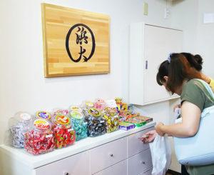 昭和レトロを感じさせる「駄菓子コーナー」も新たに登場し、来店客を楽しませている
