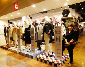 トレッサ横浜のユニクロ店頭に12体のトルソーが登場!パーソナルカラーの4つのカテゴリー別を更に骨格スタイルの3タイプに分けた12通りのスタイリングを分かりやすく展示している