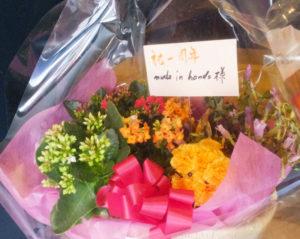 開店1周年を祝う店内に飾られた花。リピーターも5割程度に達するなど、繰り返し訪れる来店客も増えてきたとのこと