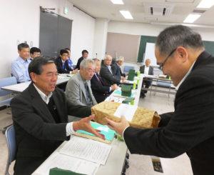 港北防犯協会の川島武俊会長、港北警察署にこの10月から着任した生活安全課の鎌倉清課長(右)から、13地区の各連合町内会長にネックストラップが配布された