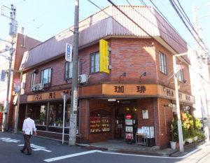 1979(昭和54)年からこの地で営業してきた喫茶まりもが来月(2017年12月)20日に閉店。日吉の街に馴染む風景として、人々に愛されてきた。建物は閉店の翌月より解体され、右隣の区画とともに新築ビルに生まれ変わる予定