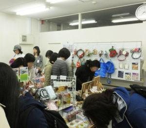 「今年だけの」ハンドメイド商品を探しに、多くの人が訪れていました