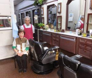 ギャラリー池田を経営してきた「池田理容室」の池田由蔵(よしぞう)さん、よし子さん夫妻。箕輪町で1977年に開業、この地で40年の歴史を見つめてきた