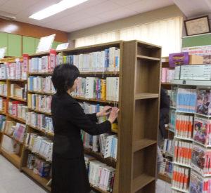 横浜市では、2012年から4年間かけて、市内の市立小・中・特別支援学校全校に学校司書を配す試みを行ってきた。日吉台中でも2014年から司書が常駐している